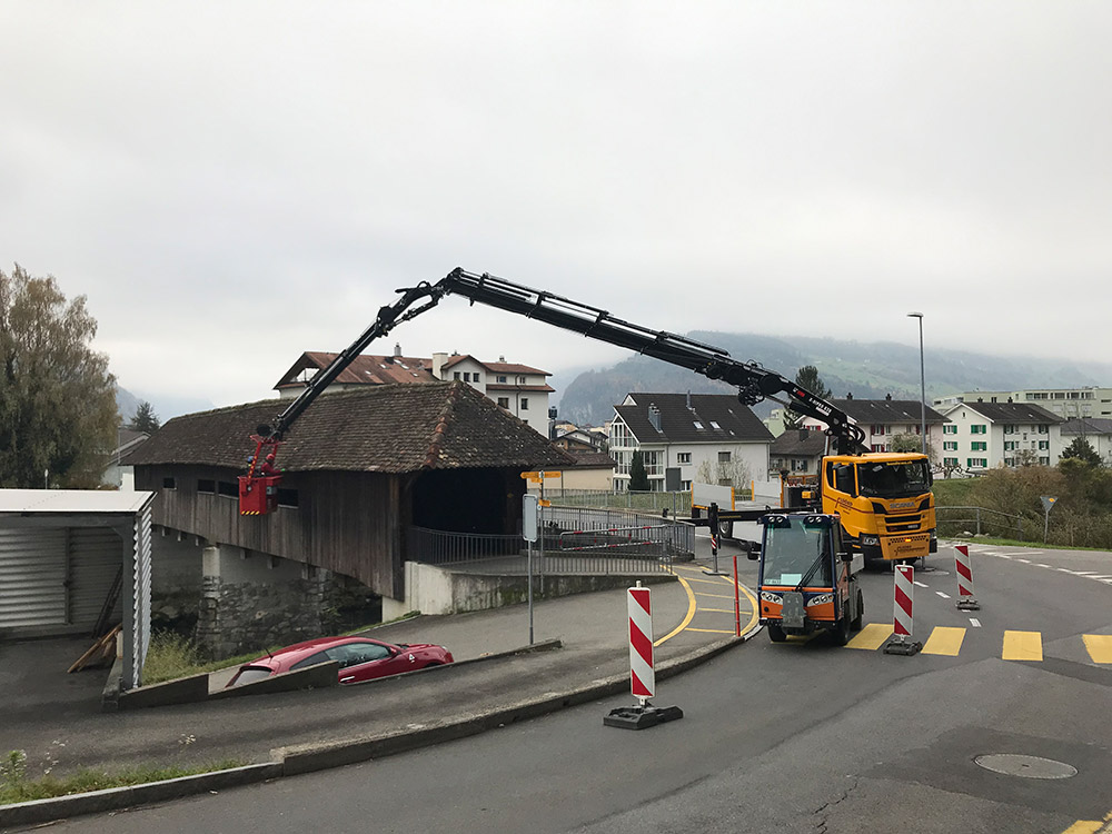 Dettling Holzbau AG, Auswechseln von Ziegeln bei Wilenbrücke Brunnen